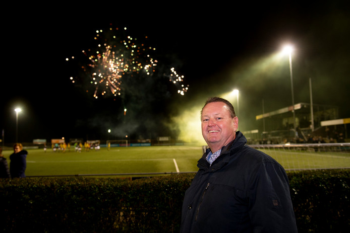 WSV-voorzitter Marcel Sligter geniet van de sfeer tijdens de derby tussen WSV en Columbia op zijn sportpark.