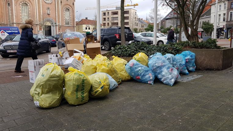 Het afval stapelt zich op in de straten van Wetteren.