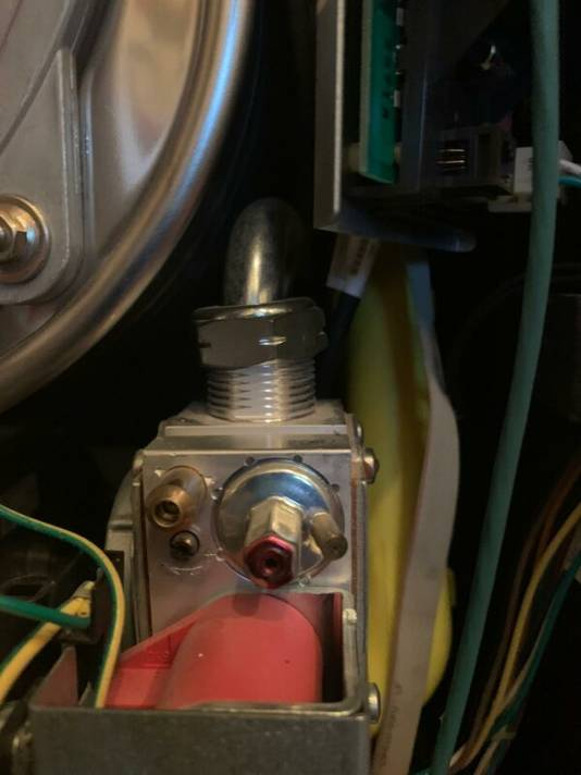 Tijdsdruk of onkunde: de monteur is vergeten de boel aan te draaien, waardoor een gaslek kan ontstaan.