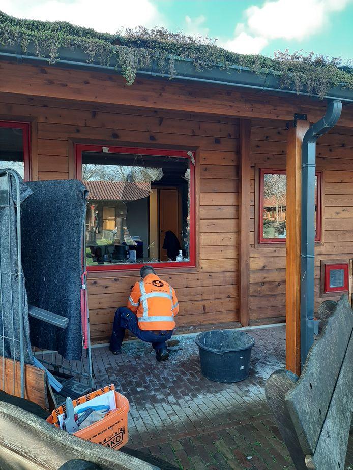 De ruit van het kantoor van kinderboerderij De Elzenhoek in Oss ligt aan diggelen na een inbraak vlak na het kerstfeest.