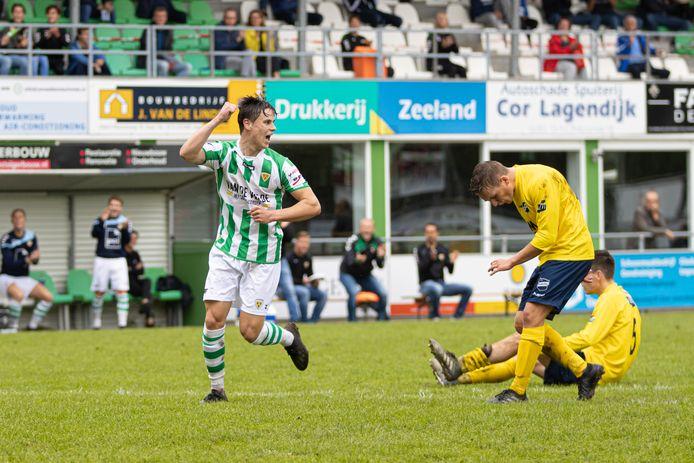 Jefry Dijkstra Kloetinge juicht nadat hij tegen Almkerk zijn eerste officiële goal in Kloetinge 1 heeft gescoord.
