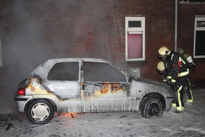 Een in brand gestoken auto aan de Bloemenlaan