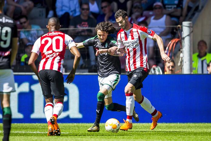 Gastón Pereiro namens PSV in actie (rechts).