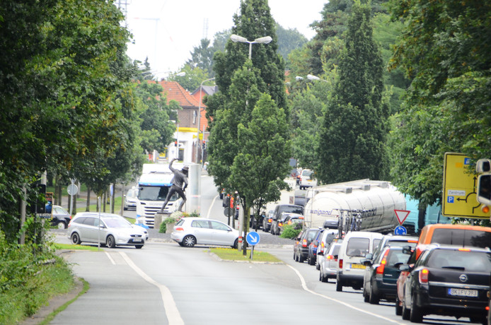 Gronau heeft last van een verkeersinfarct. De B54 is afgesloten en al het doorgaande verkeer wordt door de Duitse grensstad geleid.