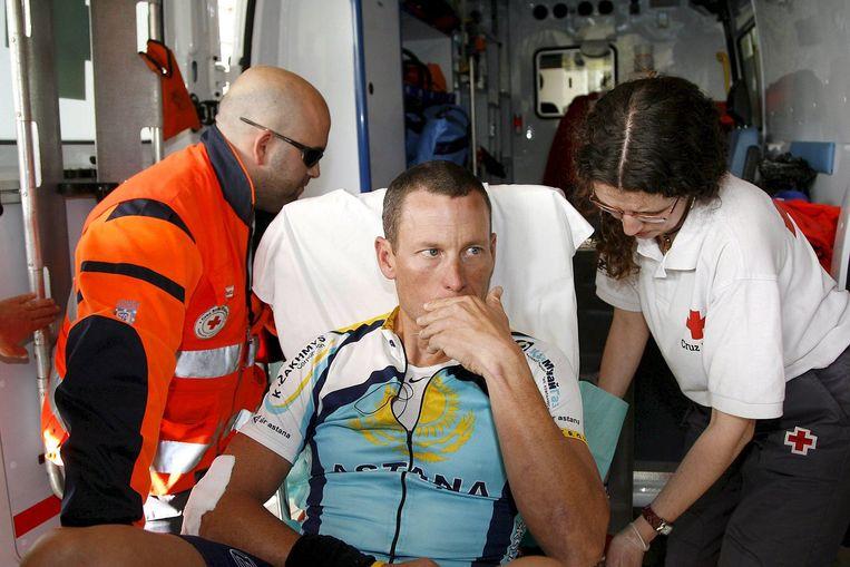 Armstrong wordt afgevoerd naar het ziekenhuis met een ambulance. Foto EPA/Gabriel Villamil Beeld