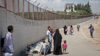 Exodus van IS-strijders in volle gang. Ze betalen smokkelaars grof geld om zwaarbewaakte grens met Turkije over te steken