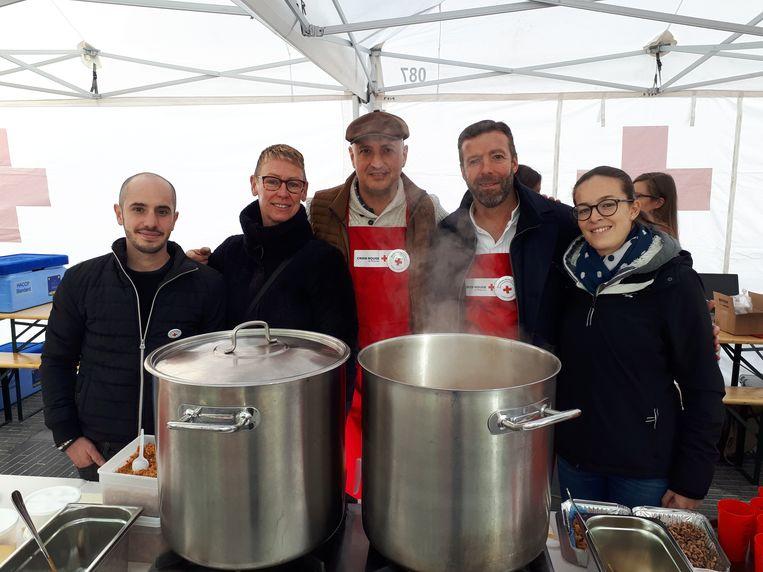 David Martin (midden) en Lionel Rigolet (tweede van rechts) maakten soep en desserten voor de Brusselse daklozen.