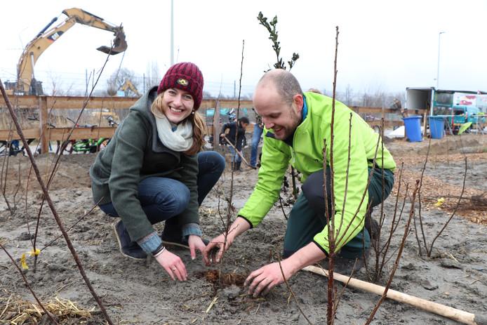 Daan Bleichrodt (rechts) en Merel den Otter van IVN aan de slag met de aanleg van een tiny forest op 't Schoemakereiland in Delft.