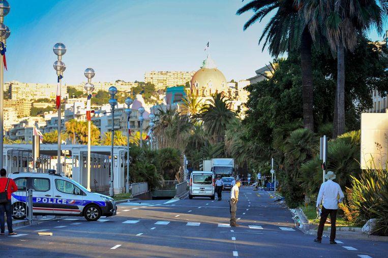 De Promenade des Anglais, afgesloten door de politie. Op de achtergrond Le Negresco. Beeld photo_news