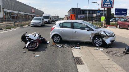 Bromfietser botst op afdraaiende auto