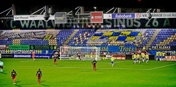 RKC Waalwijk viert een doelpunt in coronatijd tegen Feyenoord. De Waalwijkers sluiten met een uitwedstrijd in de Kuip het seizoen af.