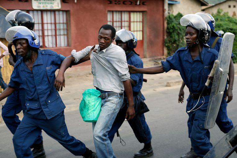 De arrestatie van een demonstrant, drie jaar geleden tijdens protestmarsen in Bujumbura. Beeld AP