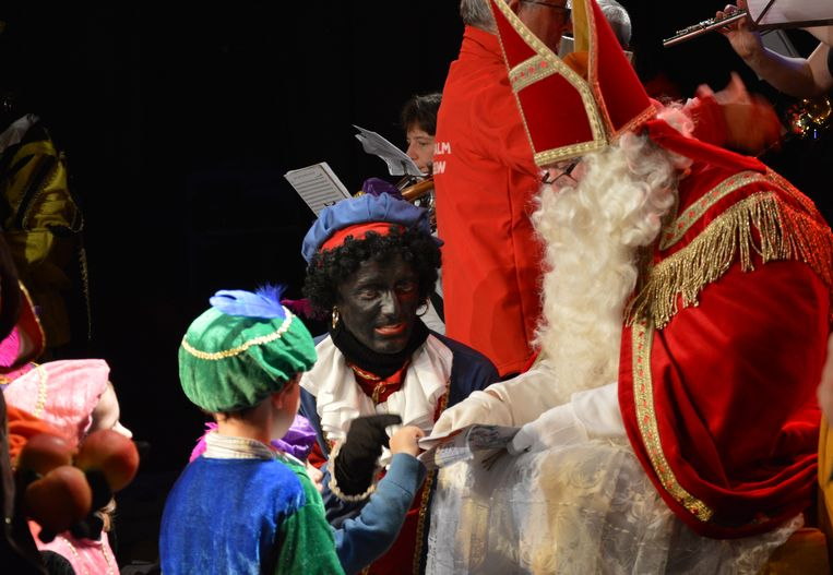 De kinderen mochten tot bij Sinterklaas en de zwarte pieten komen op het podium van zaal Den Breughel, waar ze lekkers kregen.