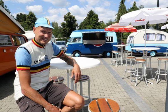 Jo Helsen van Café Welkom heeft zijn busjes alvast uitgestald achter het café