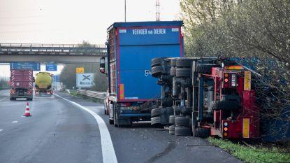 Aanhangwagen kantelt: zware hinder tijdens ochtendspits op de E403