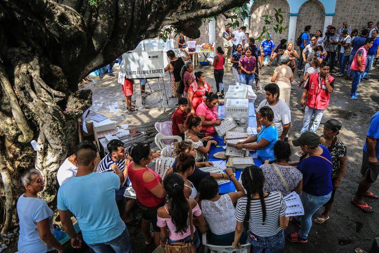 Mensen brengen hun stem uit in Acapulco, Mexico.