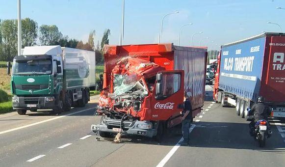 De vrachtwagen van Coca Cola raakte zwaar beschadigd bij een ongeval.