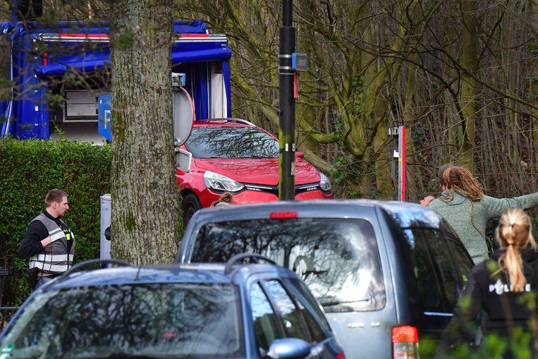 De Renault Clio-leaseauto van Frans Hoogendijk, waarin Gökmen T. vluchtte, wordt weggetakeld in Utrecht, maart vorig jaar.   Beeld ANP