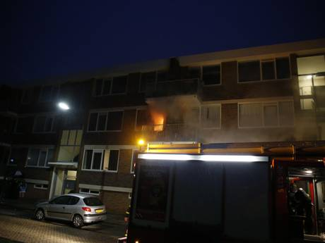 Brand verwoest appartement in Oosterhout, negen woningen ontruimd