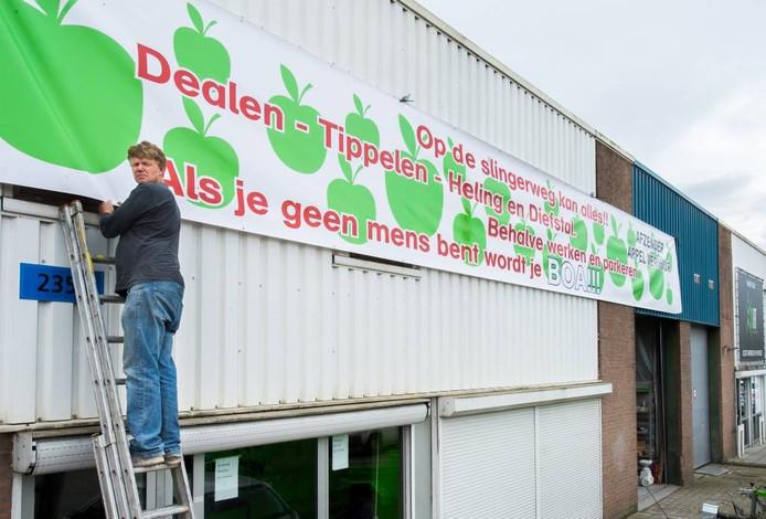 Ondernemer Pieter Luijks is de parkeerkwestie in de Slingerweg beu en laat dat merken met een groot spandoek.