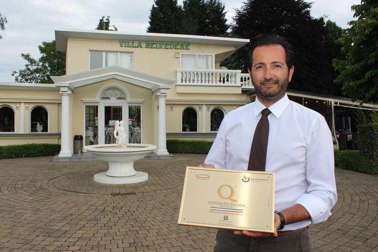 Zaakvoerder Stefano Ruggeri met het Italiaanse kwaliteitslabel voor zijn restaurant Villa Belvedere.