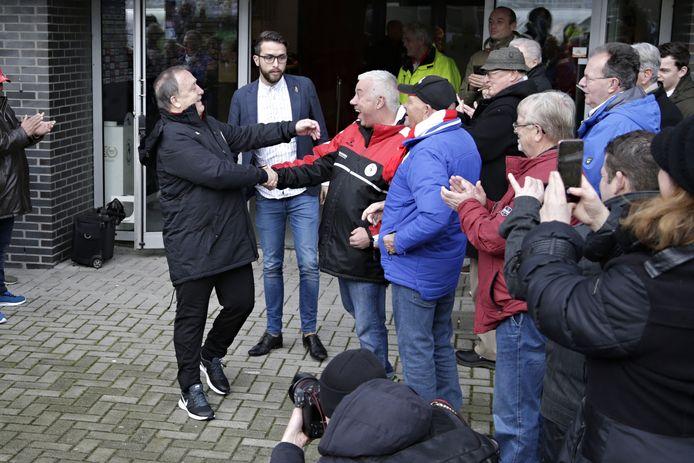 Dick Advocaat begroet oud-teamgenoot Wout Holverda.