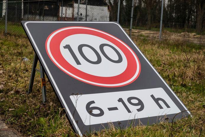 100 Kilometer per uur bord.