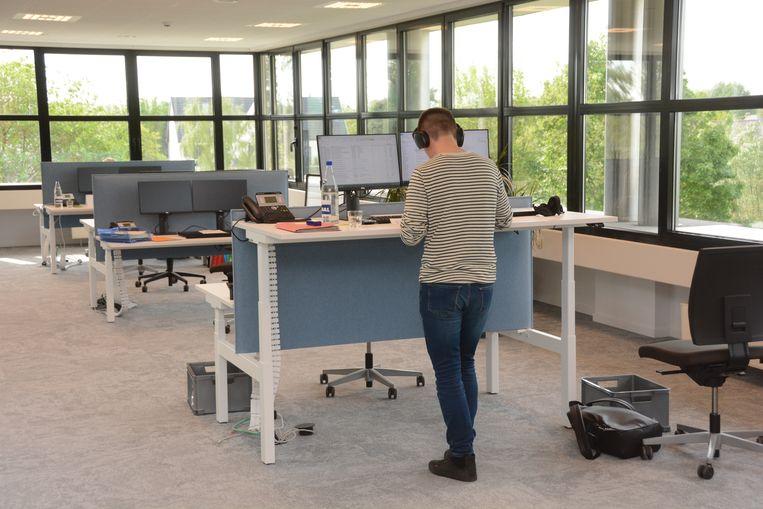 Alle bureaus kunnen automatisch in hoogte versteld worden. Men kan kiezen om zitten of staand te werken.