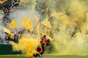 Vuurwerk op het veld gooien moet direct een stadionverbod opleveren, meent de KNVB.