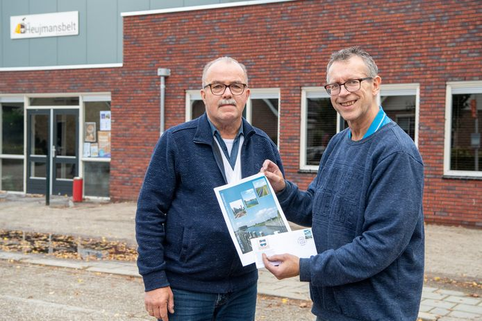 Gerrit Huisjes (links) en Jan Bakker van de Philatelistenvereniging Coevorden-Hardenberg ontwierpen een eigen postzegel én een door PostNL erkende poststempel.