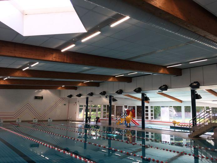 In januari werden nog nieuwe lampen in het zwembad opgehangen, maar nu zijn er problemen met de plafondtegels.