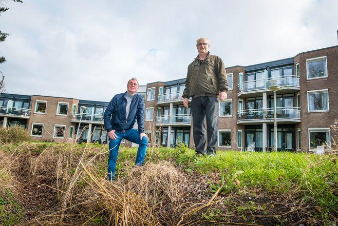 Egbert Bos en Bertus Wijnne van de EBF Foundation in de tuin van De Nieuwe Feithenhof, die ze met de actie 'Van puin naar tuin' grondig willen aanpakken.