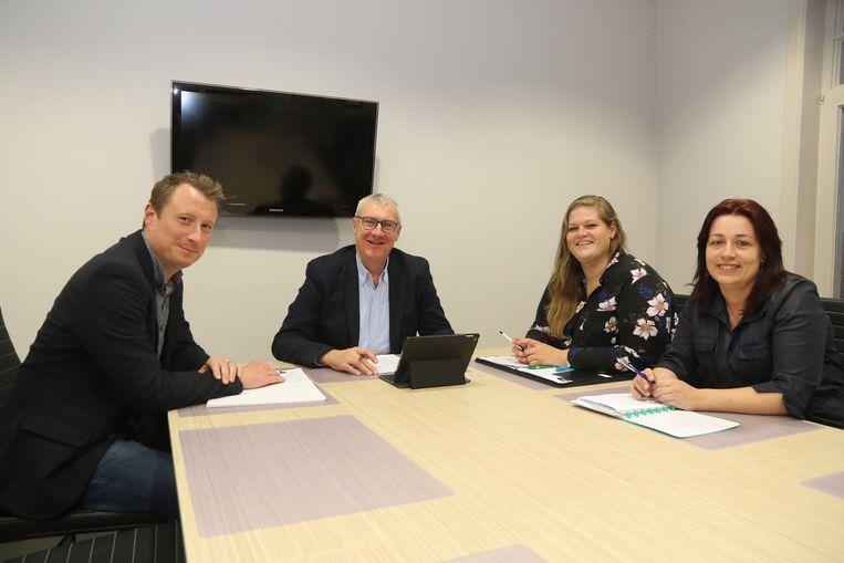 Het nieuwe schepencollege met (vlnr) Kim Develter, burgemeester Evrard, Maïté Hellem en Mélanie Verdru.