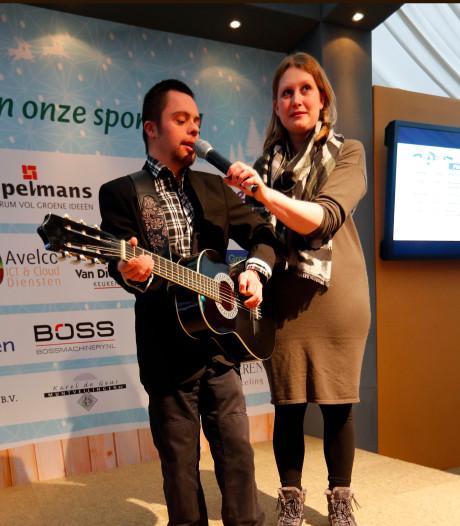 Meezingen tijdens Severinus Songfestival op de ijsbaan in Veldhoven