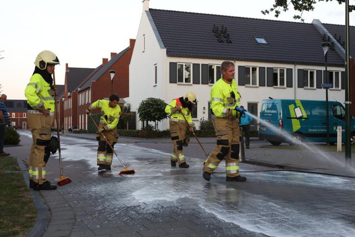 Brandweer ruimt oliespoor op in wijk in Schijndel.