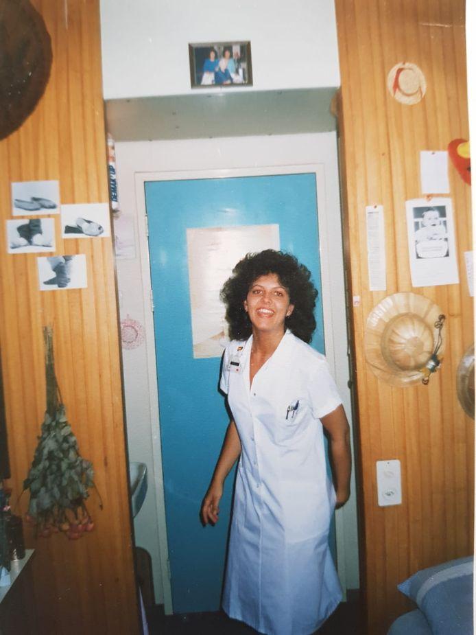 Een van de leerlingverpleegkundigen op het piepkleine kamertje in Huize Bloemenkamp