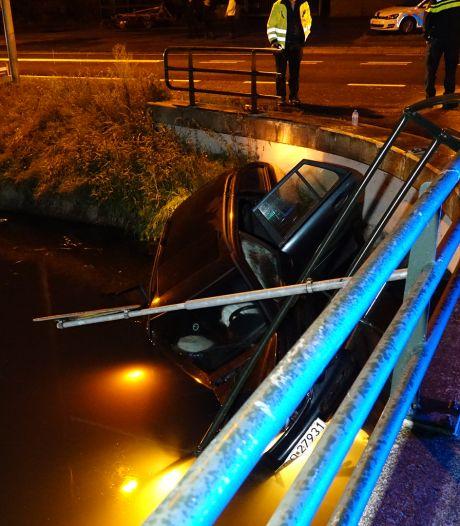 Auto knalt door reling en belandt in kanaal bij De Krim