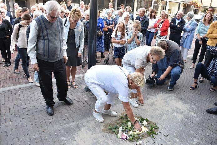 Groot aantal belangstellenden bij plaatsing gedenkstenen in Uden.