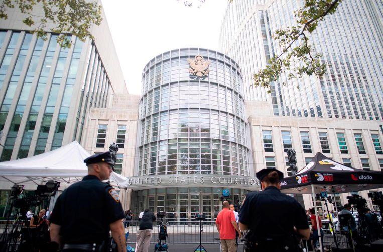 De wereldpers heeft zich opgesteld voor de rechtbank in New York waar drugsbaron Joaquin 'El Chapo' levenslang kreeg. Beeld AFP