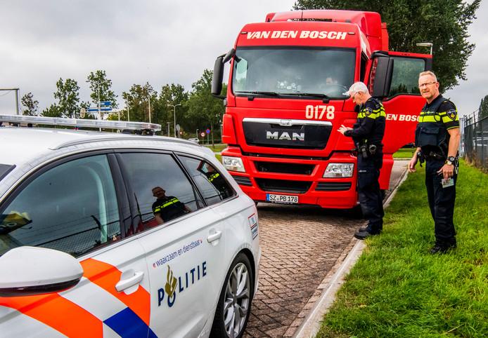 De politie controleert op de A15 op het gebruik van de mobiele telefoon tijdens het rijden.