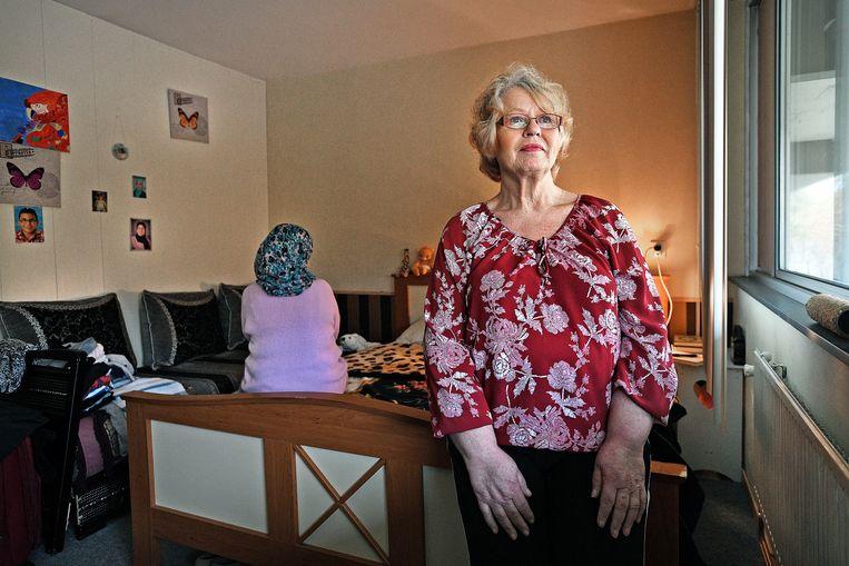 Maria Heuving verhuurt een kamer aan de dakloze Ramla. Beeld Guus Dubbelman / de Volkskrant