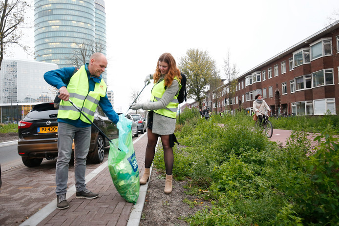 Een team van de gemeente Utrecht heeft vanmiddag 'geplandeld': wandelen en afval opruimen in het Utrechts stationsgebied.