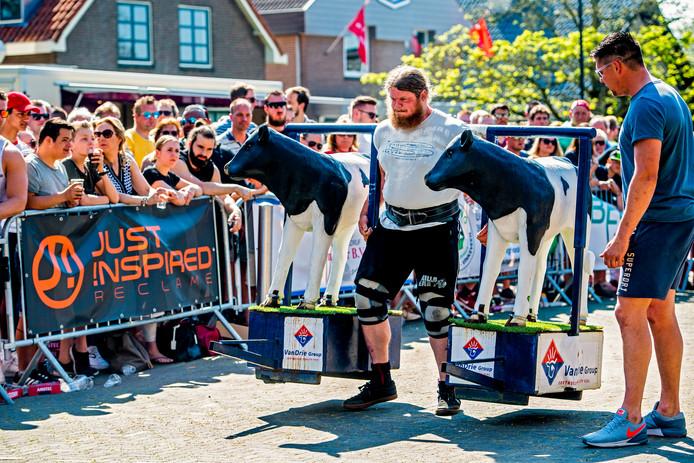 Vierhonderd kilo koe rust op de sterke schouders van deze deelnemer aan de Sterkste Man in Wilnis. En dan maar 'meters maken'.
