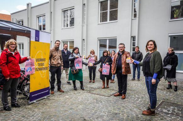De stad Brugge steunt de vrijwilligers die eenzamen opbellen