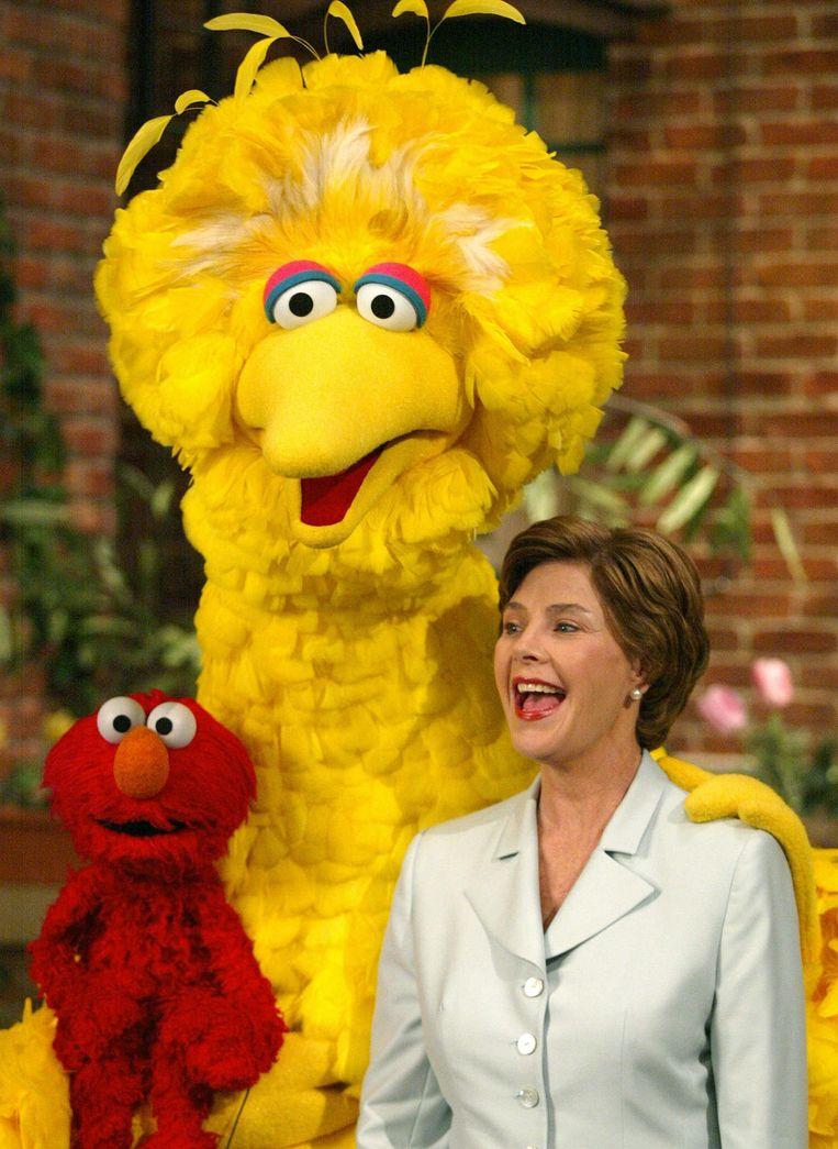 Big Bird met Laura Bush in 2002. Beeld afp
