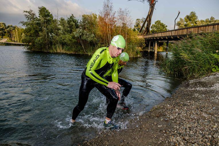 Net uit het water en meteen al aan het joggen: that's the spirit.