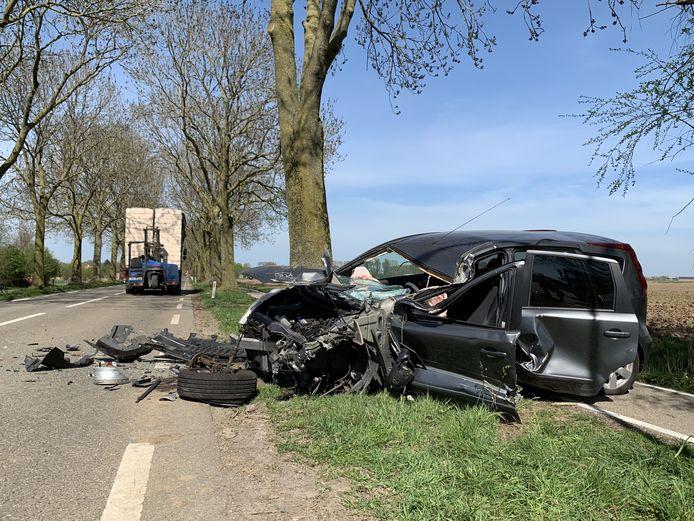 Ongeluk tussen vrachtwagen en auto op de Hustenweg in Maren Kessel.