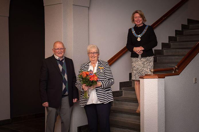 De onderscheiden Marian Peters-Korthouwer met haar man en burgemeester Patricia Hoytink-Roubos. Vanwege corona-maatregelen mocht er verder niemand bij de uitreiking aanwezig zijn.