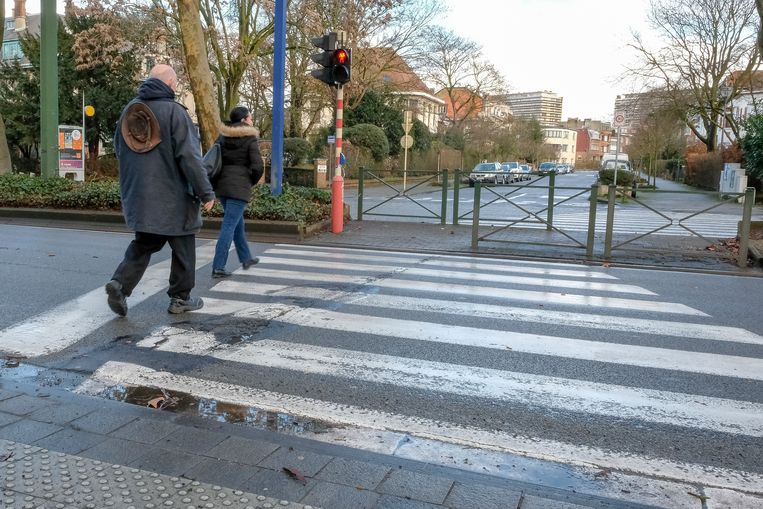 Ongeval met drie voetgangers op Lambermontlaan: Na lang wachten tot het licht op groen zou springen steken voetgangers dan maar over door het rood.