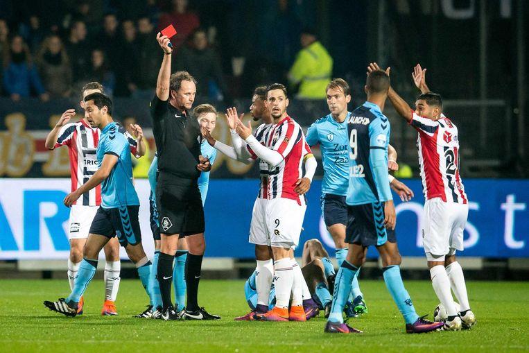 Fran Sol van Willem II krijgt de rode kaart van scheidsrechter Reinold Wiedemeijer Beeld ANP